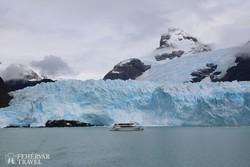 katamarán a Spegazzini-gleccser 120 méter magas jégfala előtt