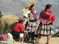 asszonyok Cuzco környéki népviseletben