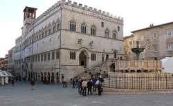 Perugia főtere a középkori városházával