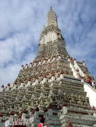 a csodás díszítésű Hajnal Temploma Bangkokban