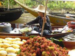 gyümölcsárus az úszó piacon