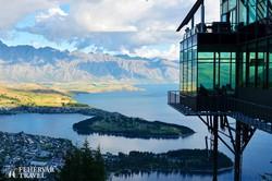 panoráma Queenstownra és a Wakatipu-tóra a felvonó felső állomásától
