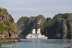 hajó a Halong-öböl szigetei közt