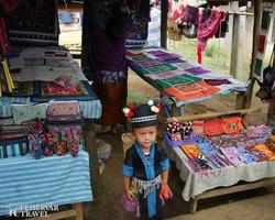 szuvenír árus kislány a hmong törzs falujában Laoszban