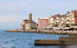 pillantás Piran óvárosára a tengerparti sétányról
