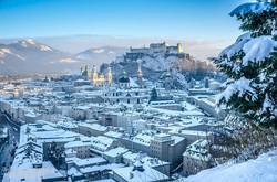 Salzburg óvárosa, a háttérben a város felett emelkedő fellegvár