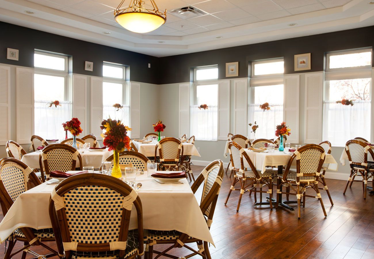 group dining at assisted living community in Mentor, OH