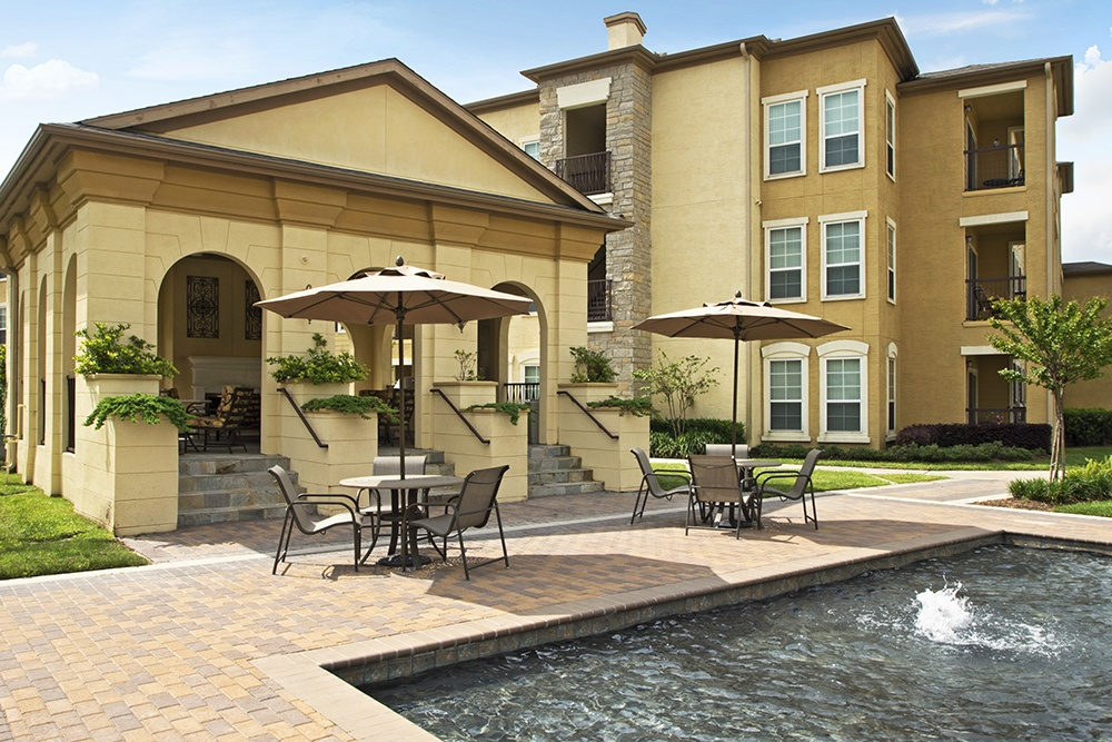 Patio and fountain for entertaining at Amalfi at Tuscan Lakes