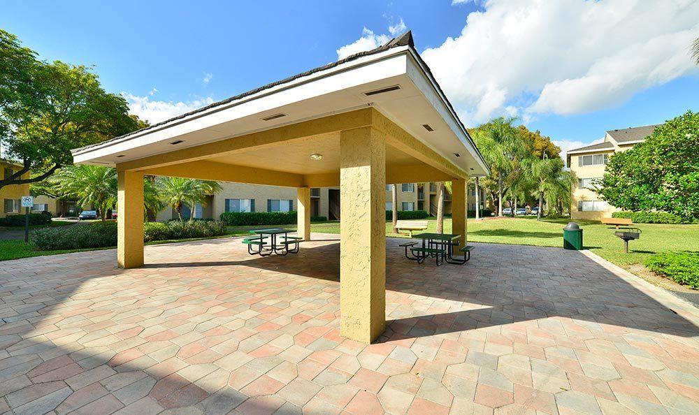 Picnic area at Palmetto Place Apartments in Miami.