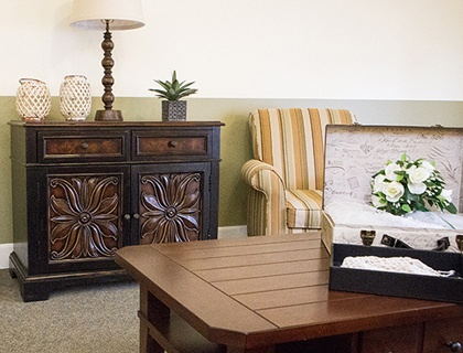 West Mifflin senior living includes spacious living room.