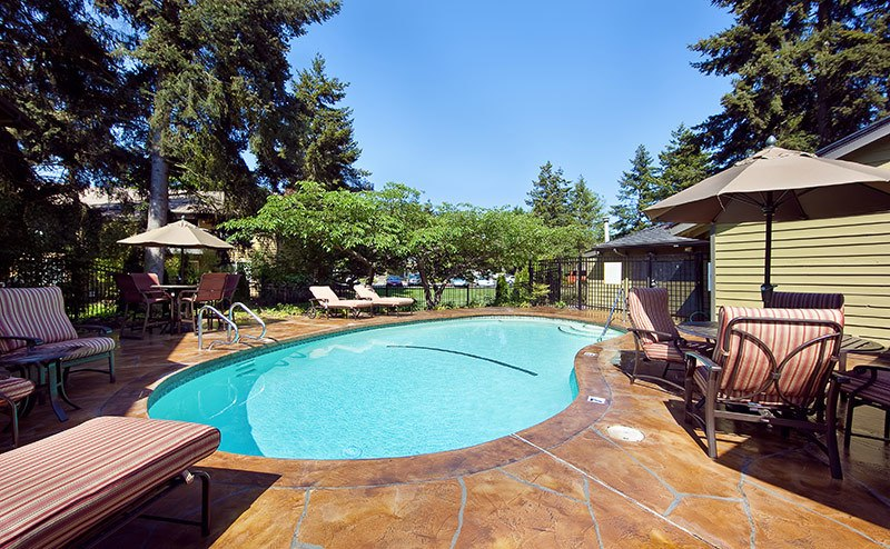 Swimming pool at Bellevue apartments