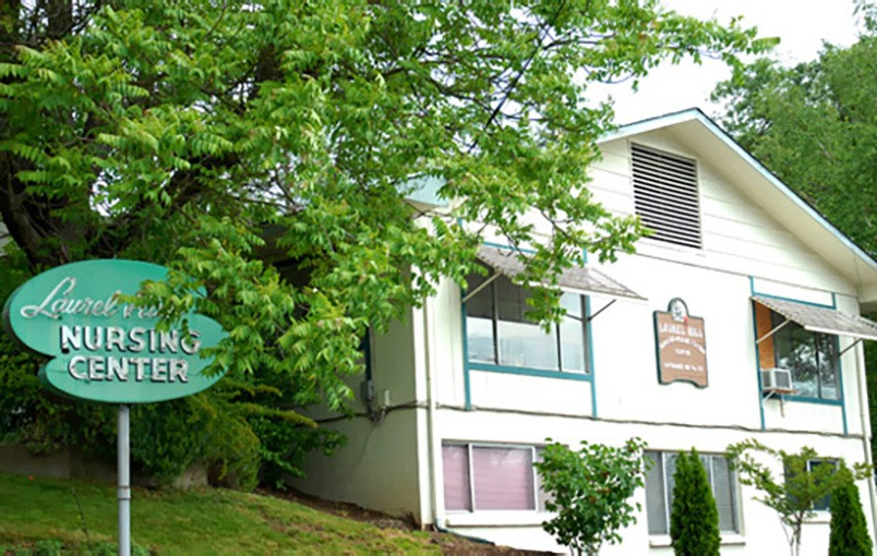 The common areas and landscaping at Laurel Hill Nursing Center in Grants Pass, Oregon, are very well maintained.
