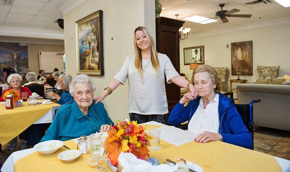 Baton Rouge Senior Living shows Residents Enjoying Food