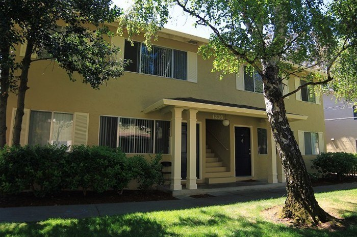 Front view of an aparment at Birchwood in Sunnyvale, CA