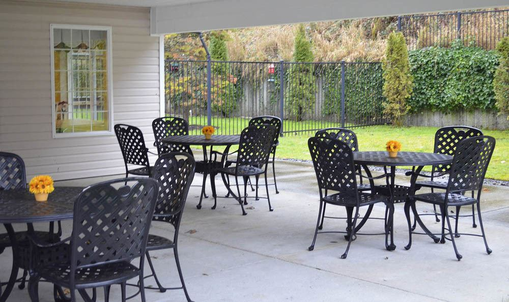 Outdoor Covered Seating at Cascade Valley Senior Living in Arlington.