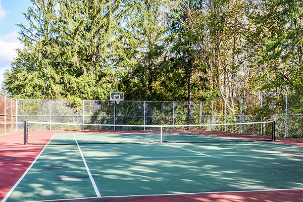 Tennis court at Woodbridge Apartments