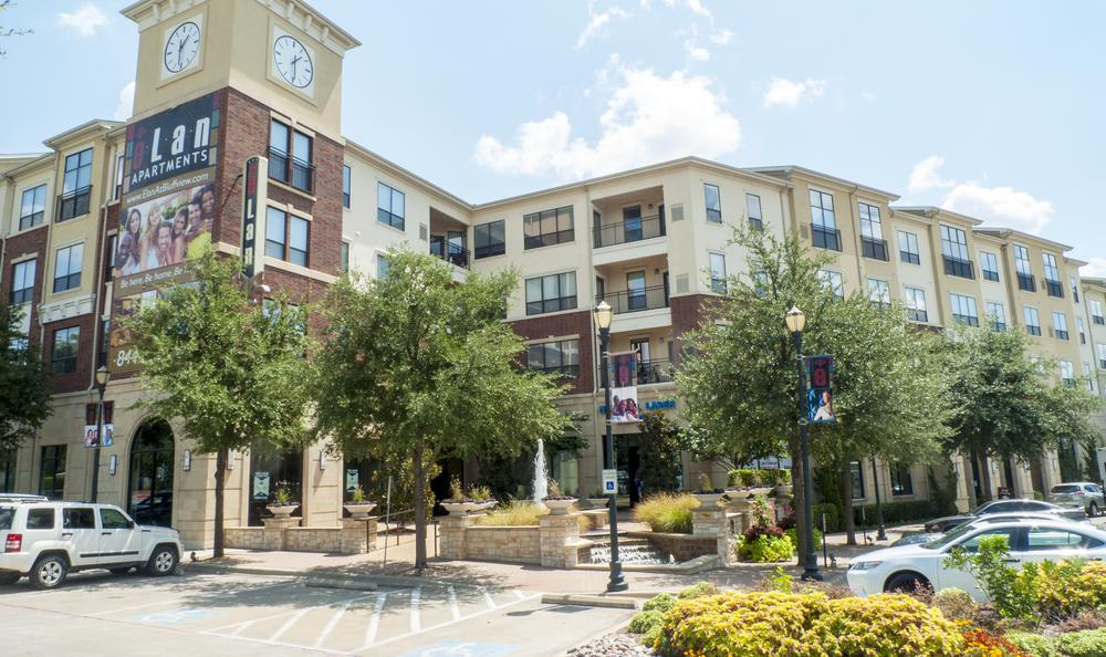 Exterior View Parking Lot at Elan At Bluffview Apartments in Dallas, TX