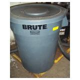 Rubbermaid Brute Trash Can W/ Lid
