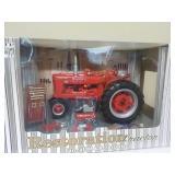 1/16 Restoration Tractor Farmall M & Access.