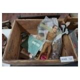 ANTIQUE WOOD BOX AND CONTENTS INCLUDING VINTAGE DANIEL BOONE FIGURES, OLD PARKER PEN, AND MORE