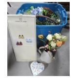 Tote with lid including various wreaths,