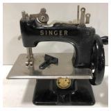 Vtg Simanco Singer 29965 mini sewing machine