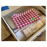 LOT OF LINENS / TABLE CLOTHS