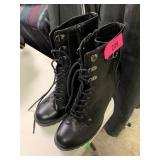 SZ 10 GUESS HEELED LACE UP BOOTS