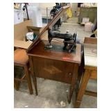 VTG SINGER SEWING MACHINE W PRETTY CABINET