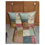 Queen bed quilt / comforter & 2 pillows