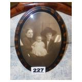 VINTAGE OVAL FRAME W/FAMILY PICTURE
