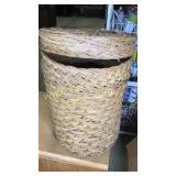 Hamper basket with lid