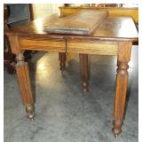 OAK DINING TABLE WITH 2 LEAVES