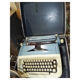 RETRO MANUAL TYPEWRITER WITH CASE