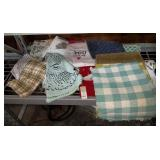 43 - WMC NEW LOT OF LINEN INCLUDES PLACEMATS