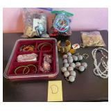 903 - MIXED LOT OF COSTUME JEWELRY (D)