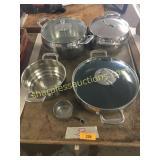 Tupperware pan set