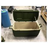 Igloo cooler with no top latches or drain plug