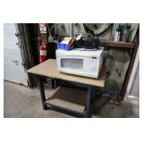 Lot:  Microwave oven, radio and table
