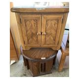 Lot of 2 wooden end tables in good condition