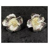Pair of flower shaped earrings      (M 91)