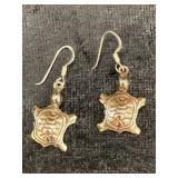 Pair of turtle shaped earrings    (M 91)