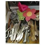 Selection of kitchen utensils, knives, 2 yeti
