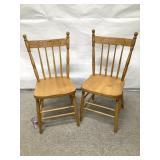 (C) 2 chaises en bois