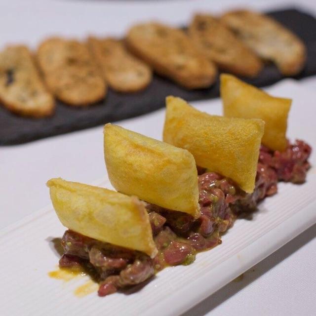 Steak tartare de solomillo de vaca rubia gallega y patatas soufflés