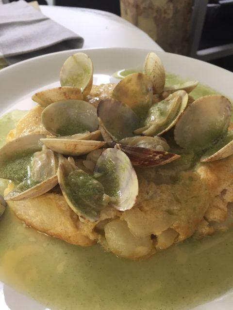 Tortilla de patatas con almejas marinera
