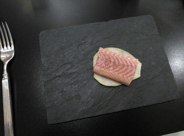 Anguila Ahumada sobre pera caramelizada