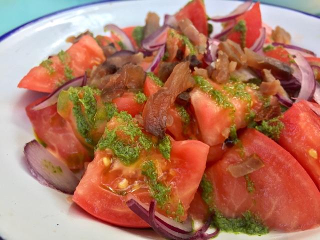 Tomate aliñado con virutas de atún ahumado
