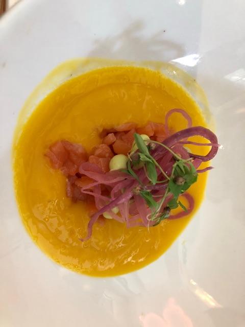 Tartar de salmón con crema de aguacate y gazpacho de mango