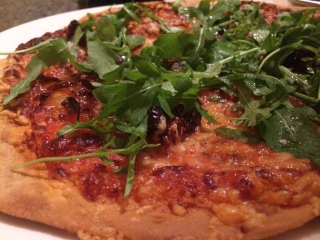 Pizza de tomate seco, queso de cabra y cebolla caramelizada